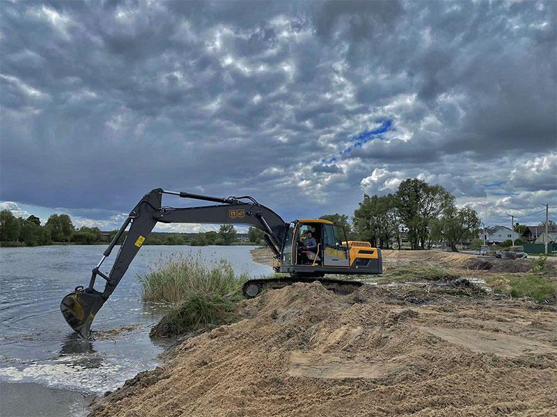 У Гостомелі центральне озеро очищується від мулу